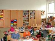 Skříňová sestava s policemi, školní lavice a školní židle