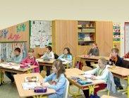 Skříně s ochrannou kovovou konstrukcí, školní lavice a školní židle