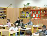 Skříňová sestava s ochrannou kovovou konstrukcí, školní lavice a školní židle