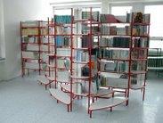 Stabilní kovové regály se schůdkama do informačních center a knihoven nebo čítáren