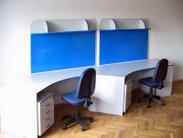 Krásný bílý stůl pro 2 pracovní místa a praktické magnetické nástěnky