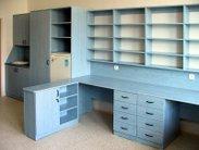 Vybavení školního kabinetu nebo sborovny krásným světle modrým nábytkem