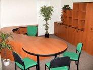 Ředitelna nebo kancelář s velkým pracovním a jednacím stolem dohromady, takže 2 v 1