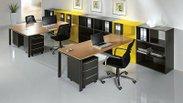 Elegantní vybavení kanceláře velkými stoly