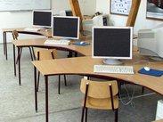 Počítačová učebna vybavená netradičními počítačovými stoly
