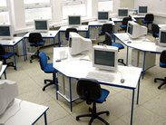 Stabilní počítačové stoly pro 1 a pro 2 žáky s kovovou podnoží s policí pro počítač