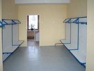 Vybavení školních šaten pevnými a robustními věšákovými stěnami