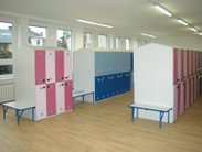 Vybavení školních šaten praktickými šatními skříněmi s boxy v různých barvách