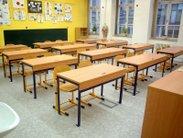 Stabilní pracovní stoly do odborných učeben a laboratoří fyziky a chemie s možností ukotvení do podlahy, kanálkem pro slaboproud a pracovní deskou silně odolnou proti chemikáliím, školní židle