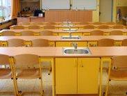 Vybavení učeben a laboratoří chemie a fyziky školními lavicemi doplněnými praktickým modulem s nerezovým dřezem a skříňkou v různém barevném provedení