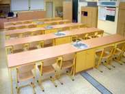 Vybavení učeben a laboratoří chemie a fyziky školními lavicemi doplněnými praktickým modulem s nerezovým dřezem a skříňkou