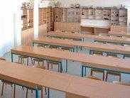 Stabilní pracovní stoly s možností ukotvení do podlahy, kanálkem pro slaboproud a pracovní deskou silně odolnou proti chemikáliím do učeben a laboratoří fyziky a chemie, školní židle